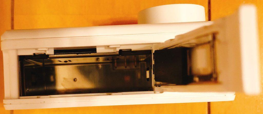 バッテリー挿入口の上にMicroSD挿入口