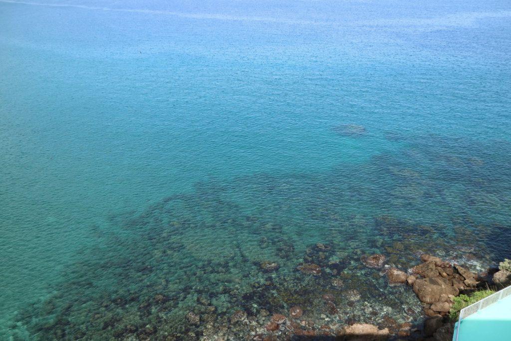 天気がいい日は、部屋から透明な海が見えます。