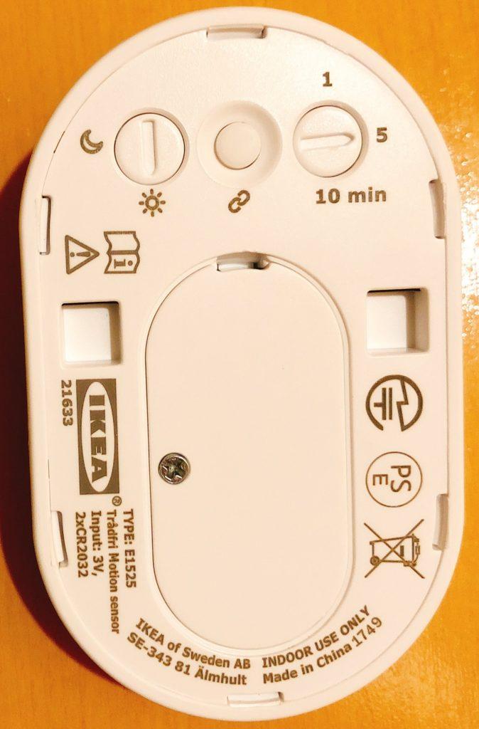 センサーの裏側で点灯時間やセンサーの動作時間帯を設定できます。
