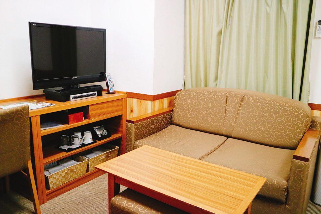 ツインルームにはソファも設置されています。