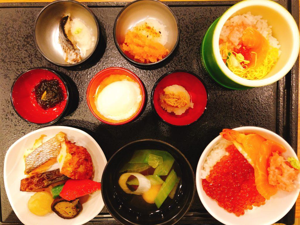 小鉢もたくさんあり、私はサンマの炙り、明太子などをいただきました。