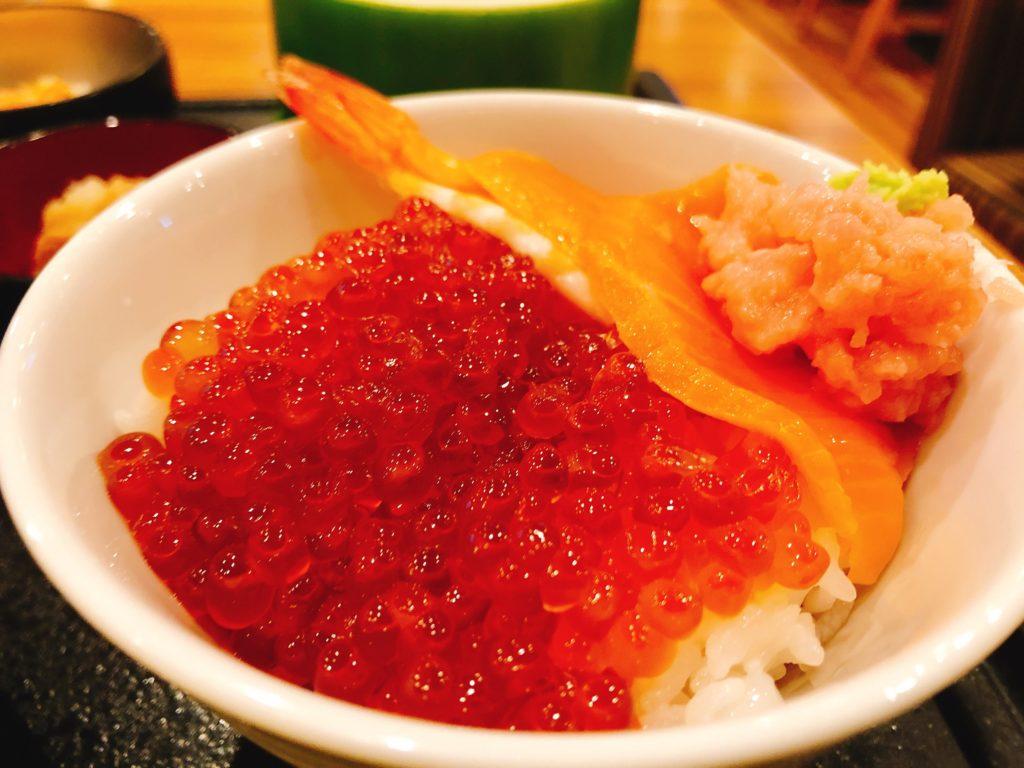 酢飯もあるため、お好みの海鮮丼を作ることができます。
