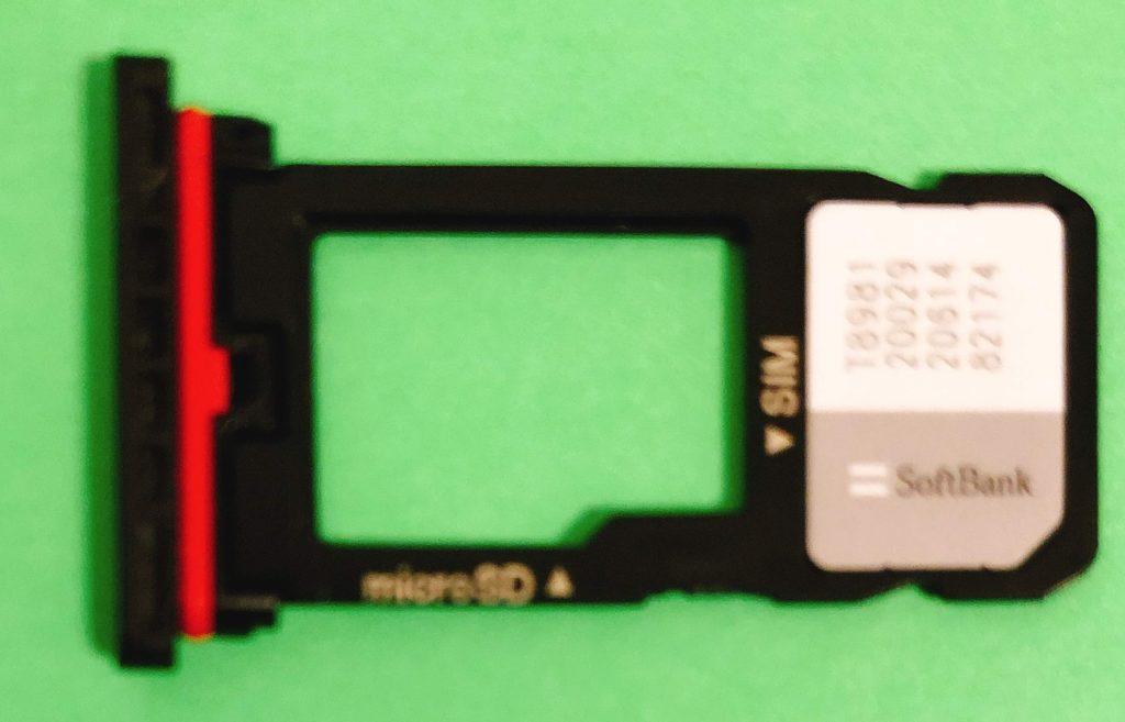 切り離した SIMカードを利用する端末にセットします。