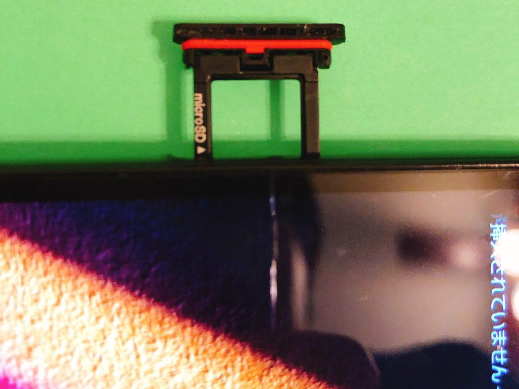 セットした SIMカードを端末に差し込み準備完了です。