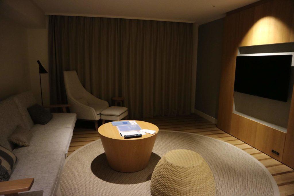 テレビは、リビングと寝室に備わっています。