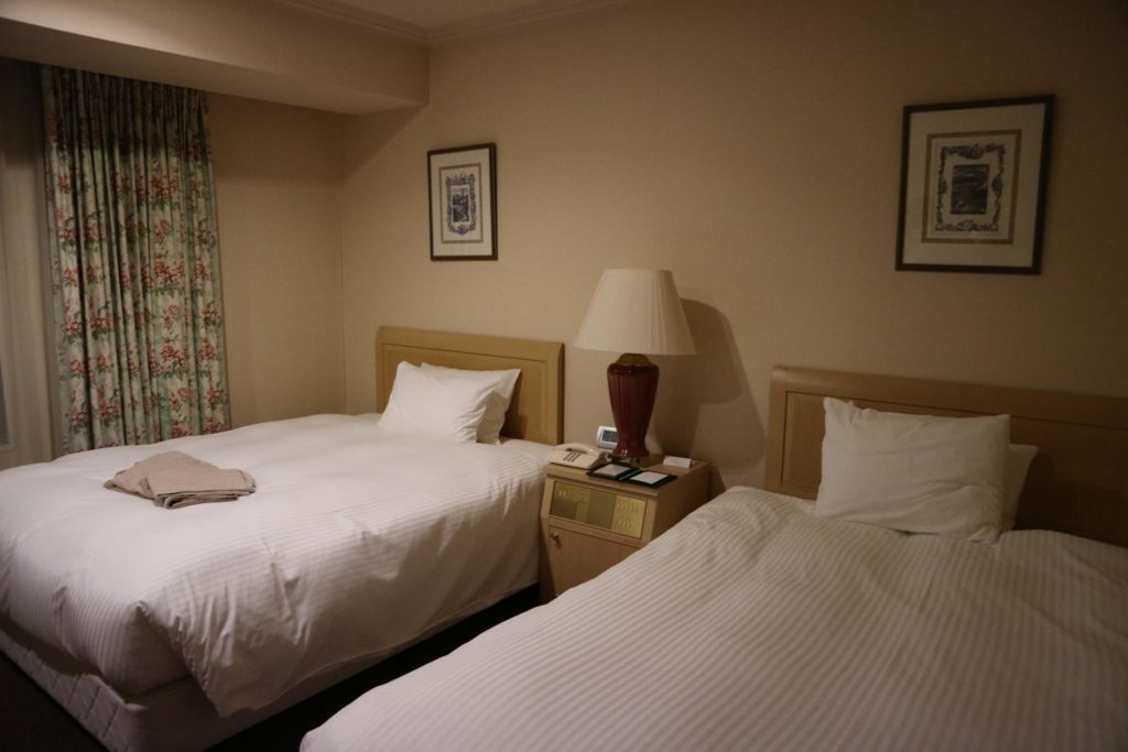 ベッドはセミダブルベッドが 2台です。