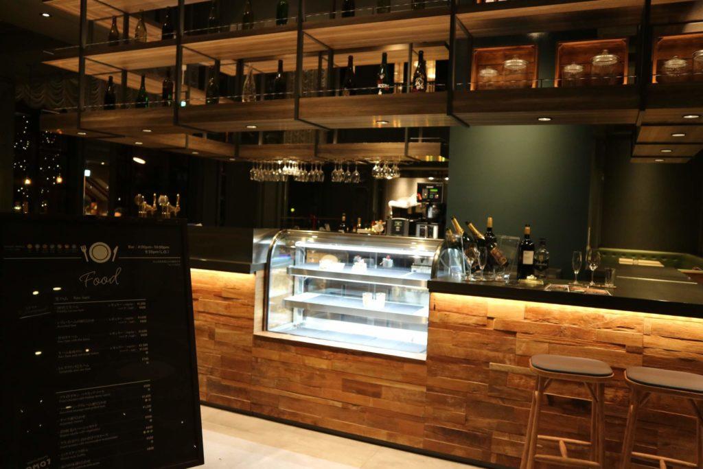 「カフェ&バル」は、ランチやディナーで利用することもできます。