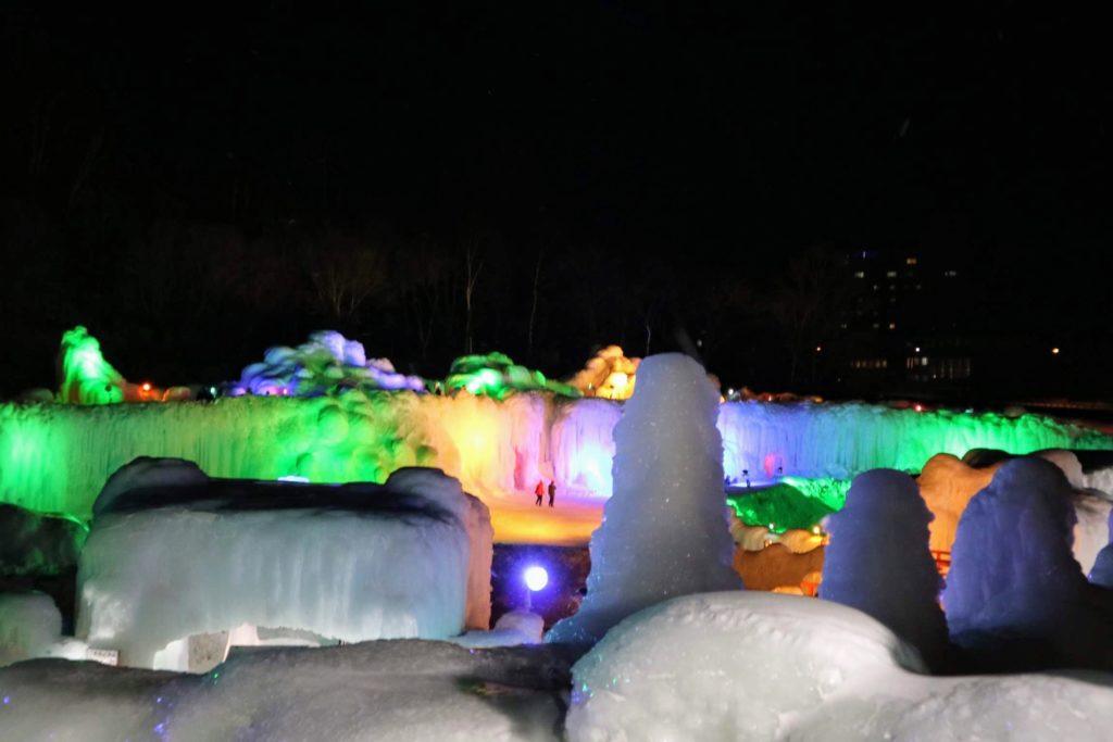 都会ではお目にかかれない、氷の世界を体験できます。
