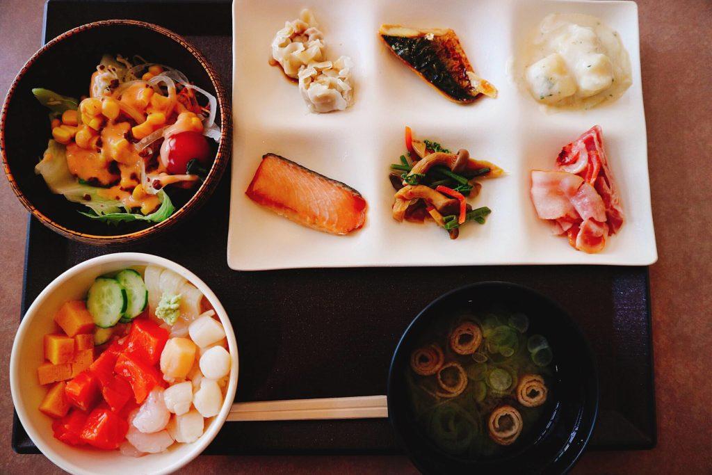 北海道の新鮮な、ホタテ、エビ、イカ、サーモン、マグロなどが用意されており、勝手丼を作ることができます。