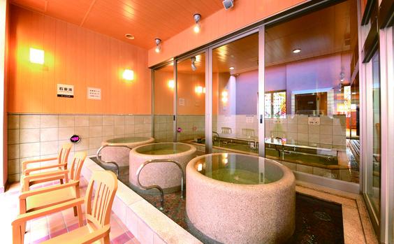 『天然温泉みなぴりかお湯』には、露天風呂、炭酸泉、ジェットバスや電気風呂、石壺湯(釜風呂)、熱気風呂が完備されています。