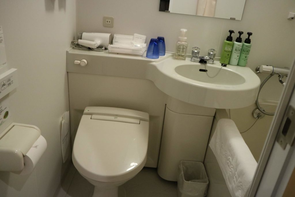 バスルームは、ビジネスホテルでよくあるユニットバスのスタイルです。