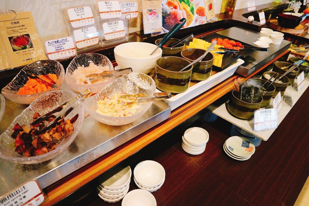 勝手丼は、サーモン、いくら、甘えび、アボカド、ローストビーフなど組み合わせることができます。