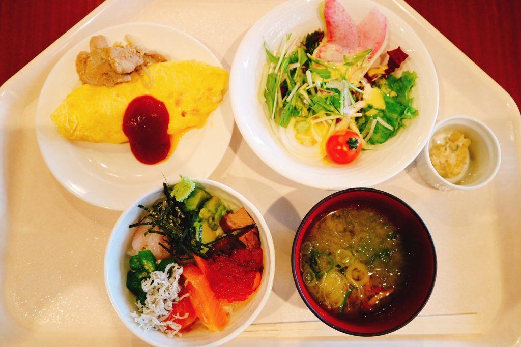 朝食では、ビュッフェスタイルで、ジンギスカン、旭川ラーメン、勝手丼を作っていただくことができます。