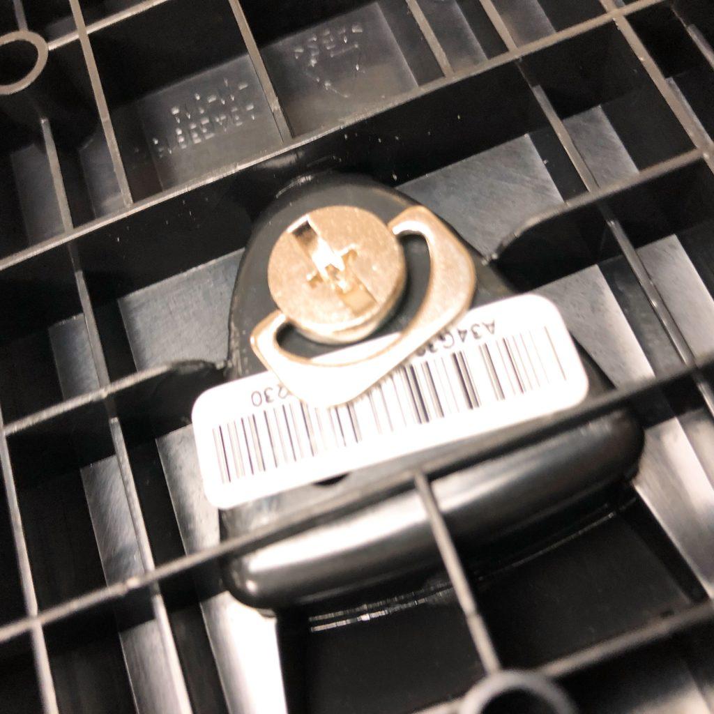 ディスプレイの足となる部分は裏に手で回せるネジがあるため、これを使って組み立てます。