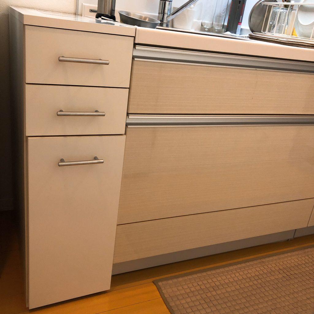 カウンターワゴンの一番下の引き出しは、ゴミ箱を収納できるスペースがあります。