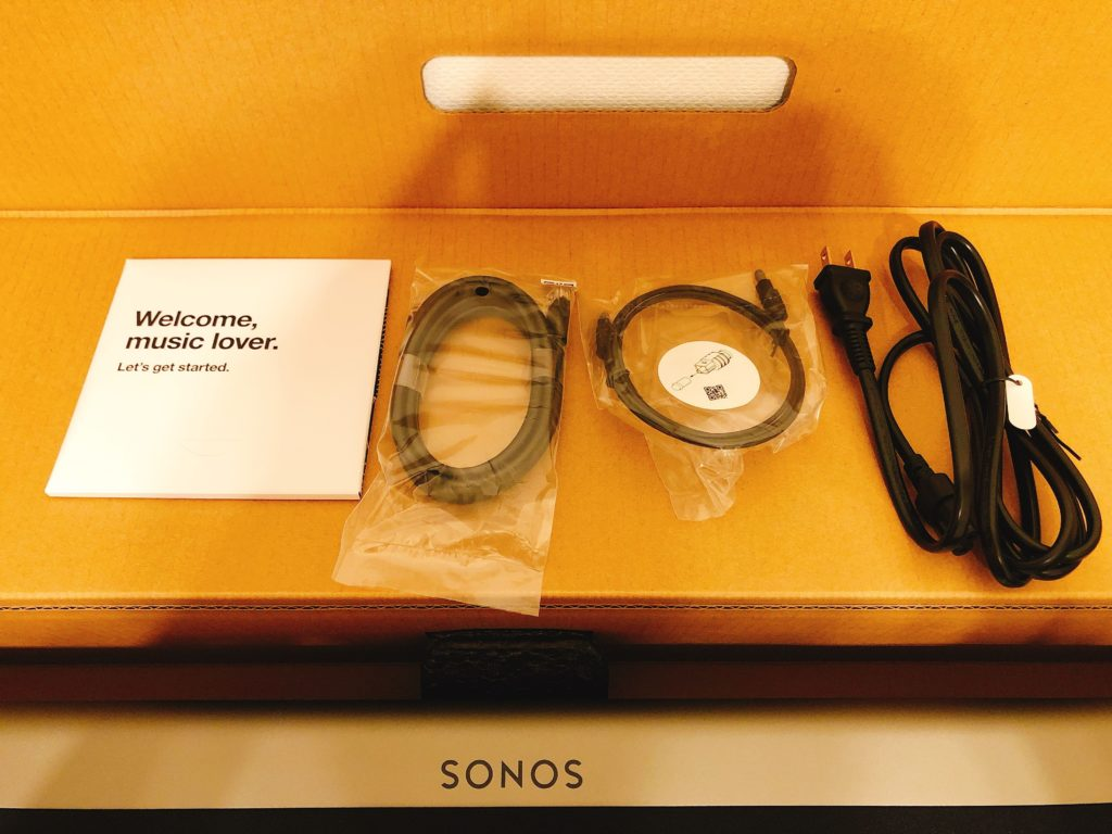 付属品は説明書、LANケーブル、光デジタルケーブル、電源ケーブルとなります。