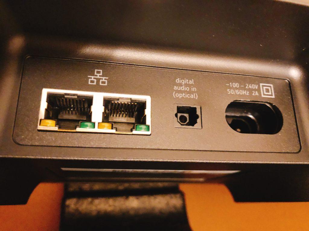 本体の裏側にネットワークに繋げるイーサネットが 2つ、デジタルオーディオ端子、電源端子があります。