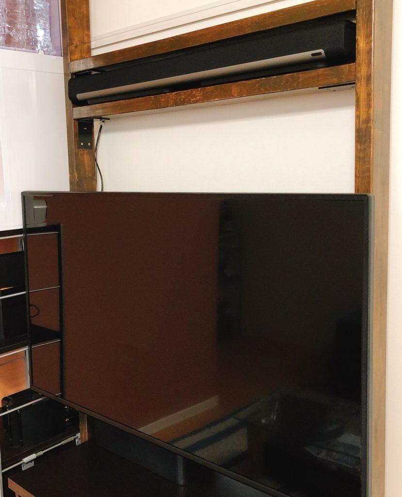 元々テレビの上にサウンドバーを置いていたスペースがあるため、そこに設置しました。