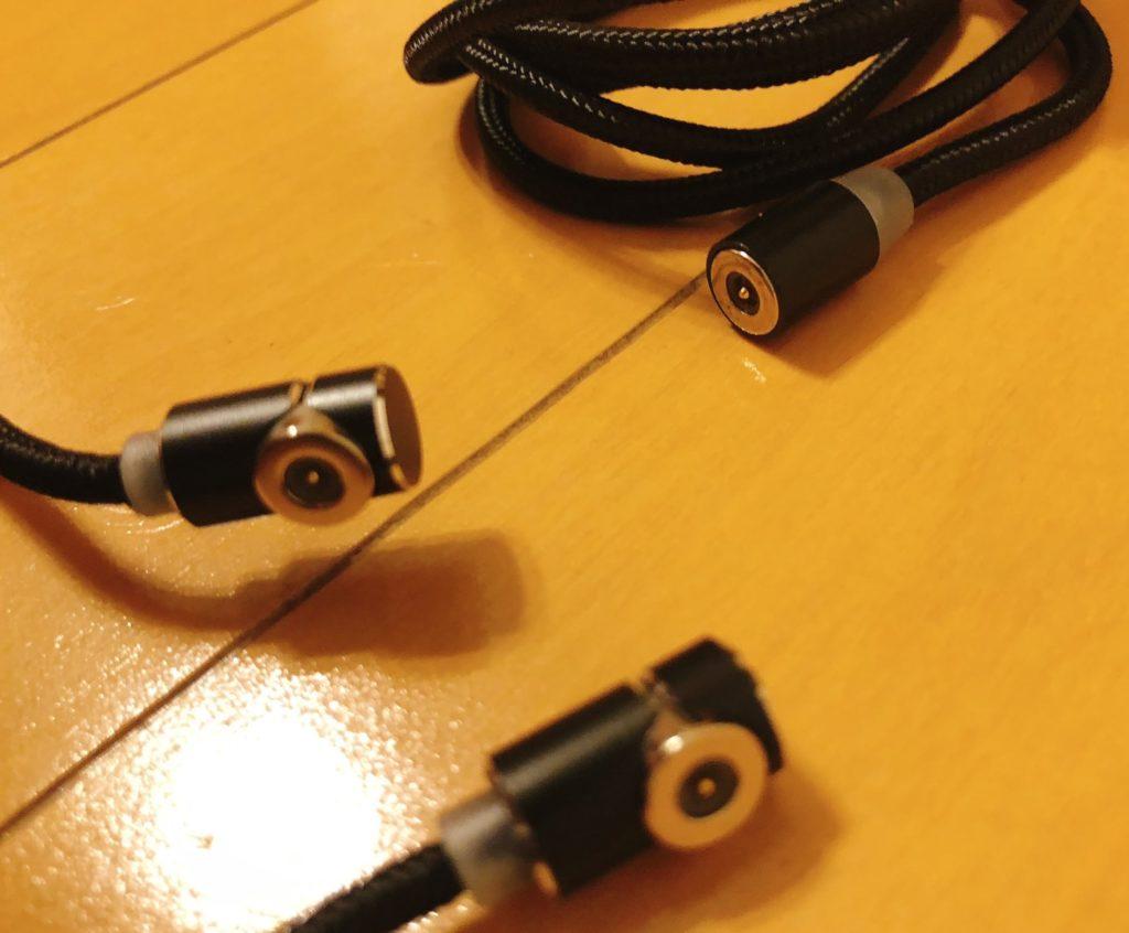 ケーブルの充電ポートが先端と横に付いている 2種類があり、以下の画像を見て頂けると分かりやすいかと思います。