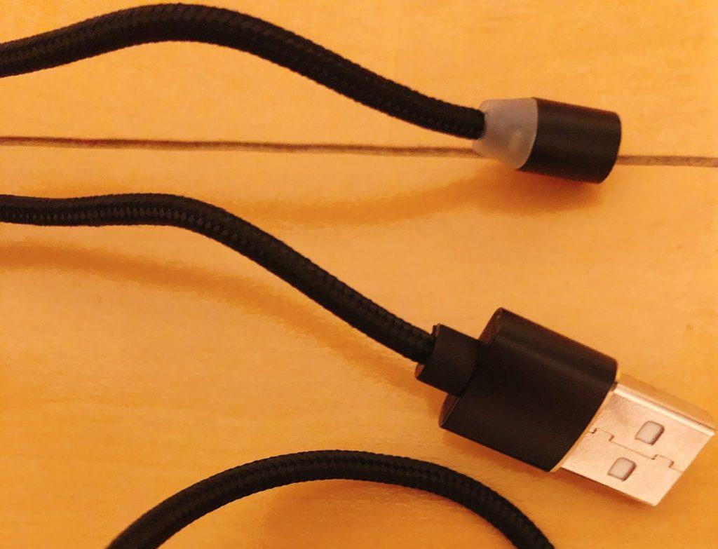 ケーブル自体は思ったよりもしなやかで、取り回しがしやすいと思います。