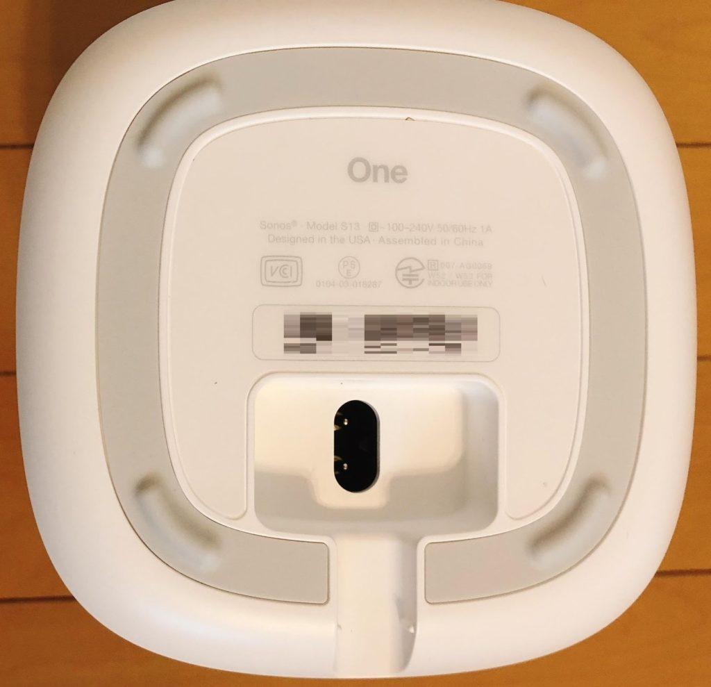 本体の底側にネットワークに繋げるイーサネットが 1つ、電源端子があります。