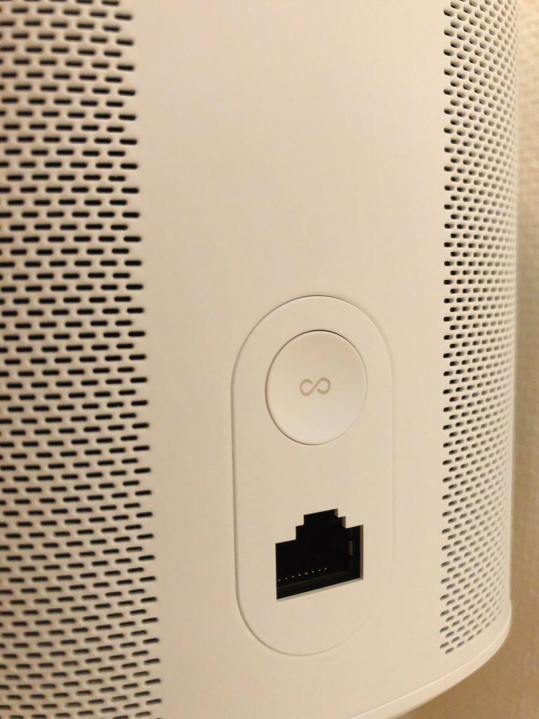 本体の背面に優先 LAN ケーブル端子があります。