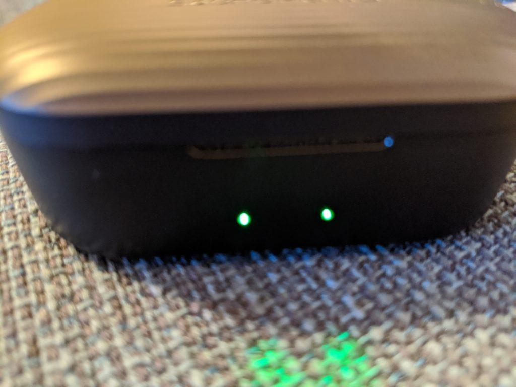 ケースにLEDが付いており、イヤホンの充電状況が完了すると緑色になります。