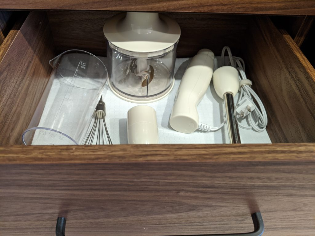 BRUNO のブレンダーはすべての道具がキッチンボードに収納できますし、適当に収納してもスペースに余裕が生まれます。