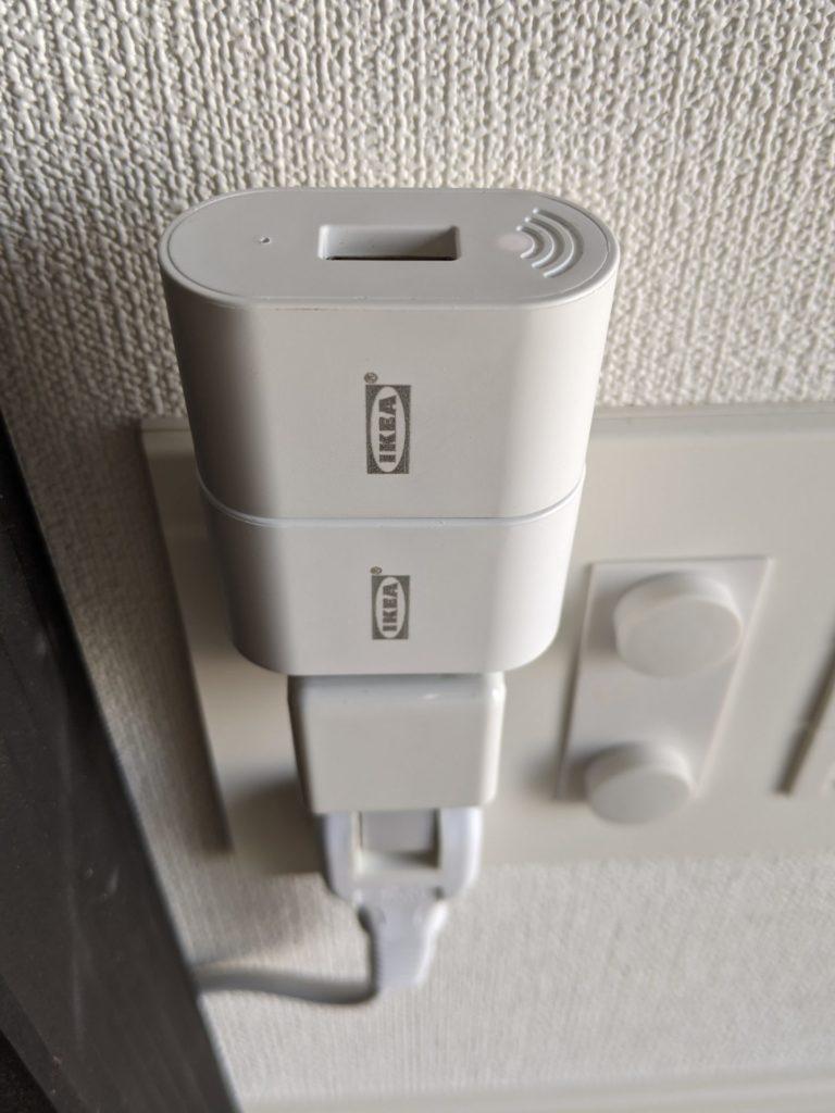 また、FYRTUR には嬉しい工夫があり、付属のコンセントに刺す連携アダプターに USB の差し込み口があるため、充電時にこのポートが利用できます。