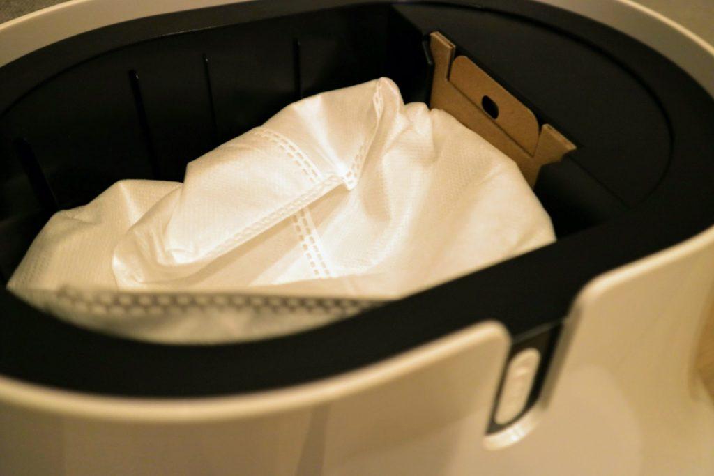 ユーザは1月~2月に1回紙パックを取り替えるだけでゴミ捨て完了です。
