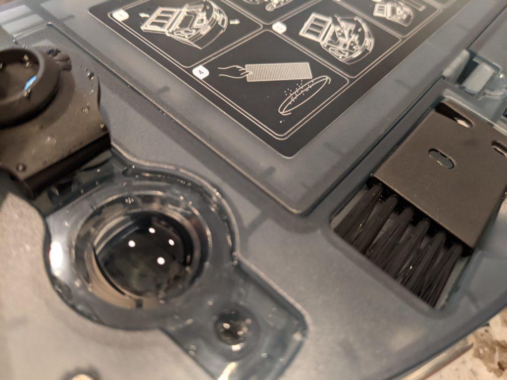 ロボット掃除機側のダストボックスを取り外し、水を入れます。